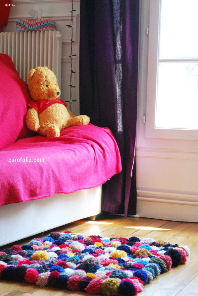 DIY tricot de tapis multicolor avec pompons proposé par carofoliz.com