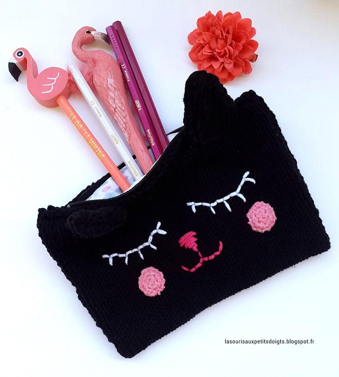 Pochette tricotée en laine noire en forme de chat