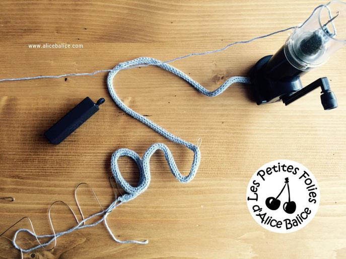 Montage du prénom réalisé au tricotin sur le fil de fer