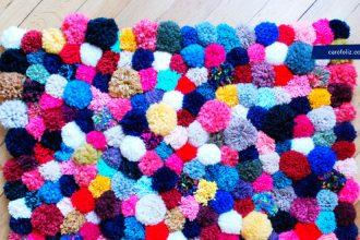 Tutoriel tricot tapis en pompons multicolor proposé par carofoliz.com
