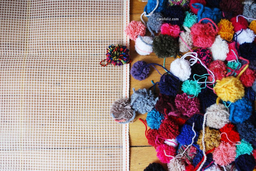 Tutoriel en image pour réaliser un tapis en pompons proposé par carofoliz.com